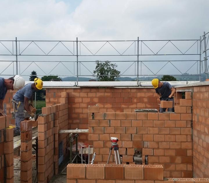 Mauern –Mitarbeiter an der Arbeit